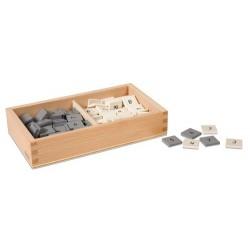 Кутия със сиви и бели числови плочки